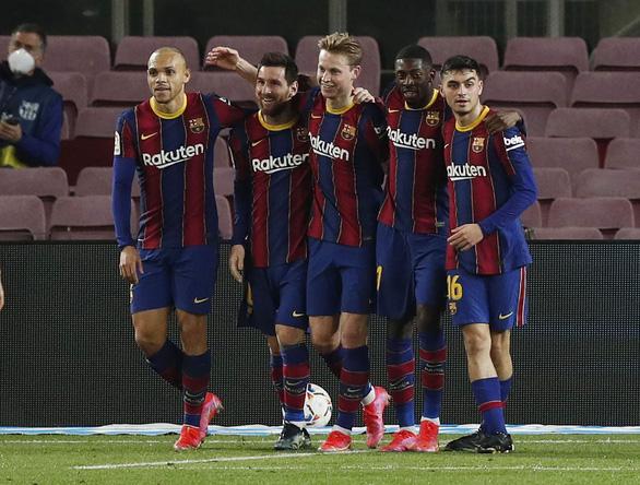 Messi rực sáng, Barcelona rút ngắn khoảng cách với hai đội bóng thành Madrid - Ảnh 1.