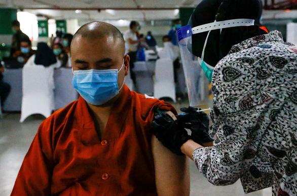 Indonesia thực hiện tiêm chủng COVID-19 cho cộng đồng tôn giáo - Ảnh 1.
