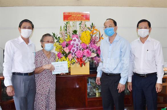 Lãnh đạo TP.HCM thăm, chúc mừng thầy thuốc, cán bộ y tế tiêu biểu - Ảnh 2.