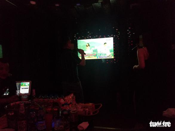 Bất chấp lệnh cấm, karaoke, cà phê, trà đá ở Hà Nội vẫn 'đông như hội' - Ảnh 4.