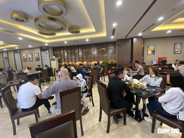 Bất chấp lệnh cấm, karaoke, cà phê, trà đá ở Hà Nội vẫn 'đông như hội' - Ảnh 5.