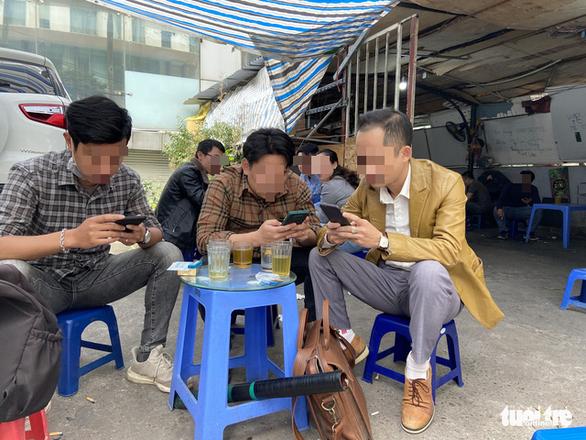 Bất chấp lệnh cấm, karaoke, cà phê, trà đá ở Hà Nội vẫn 'đông như hội' - Ảnh 6.