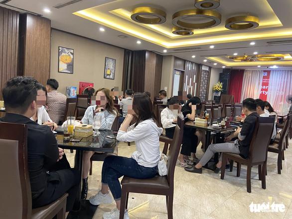 Bất chấp lệnh cấm, karaoke, cà phê, trà đá ở Hà Nội vẫn 'đông như hội' - Ảnh 1.