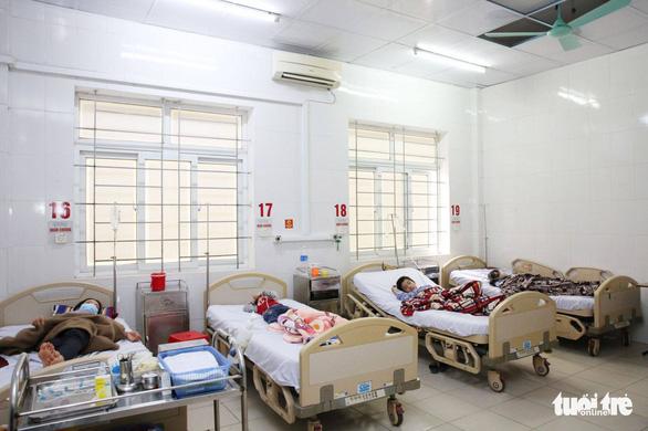Ăn thịt bê thui, 8 người ngộ độc nhập viện - Ảnh 1.