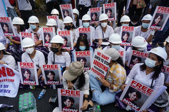 Nhiều tổ chức ở 31 nước kêu gọi Liên Hiệp Quốc cấm vận vũ khí Myanmar - Ảnh 1.