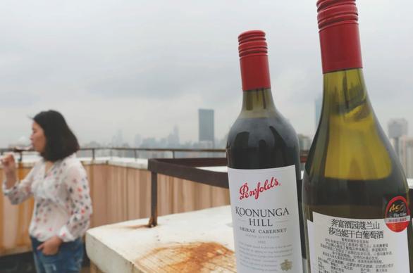 Trung Quốc chặn hơn 23.000 lít rượu vang Úc tại cảng - Ảnh 1.