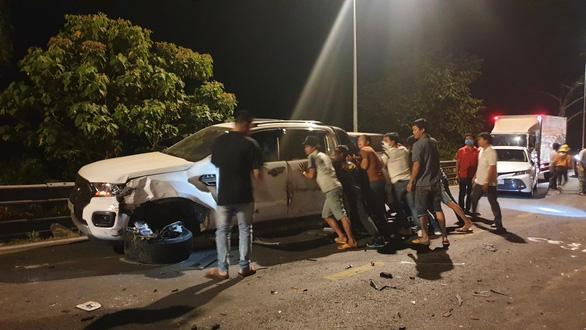 Xe chở bôxit mất lái gây tai nạn liên hoàn trên đèo Bảo Lộc - Ảnh 4.