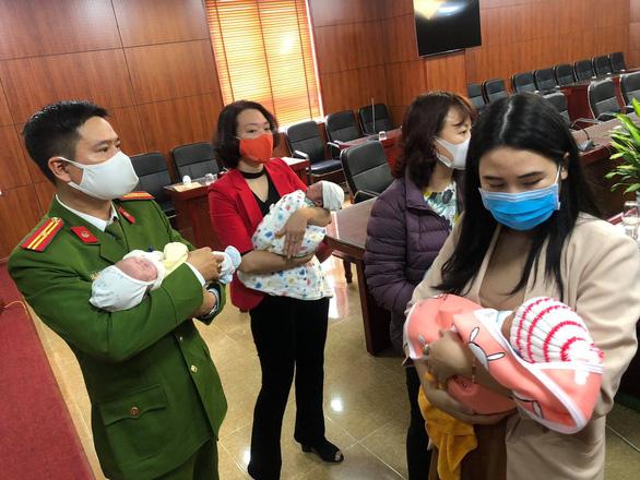 Giải cứu 4 trẻ sơ sinh bị bán sang Trung Quốc - Ảnh 1.