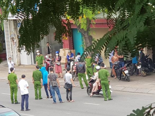 Dựng hiện trường vụ giật túi xách rồi tông xe khiến 2 người tử vong - Ảnh 2.