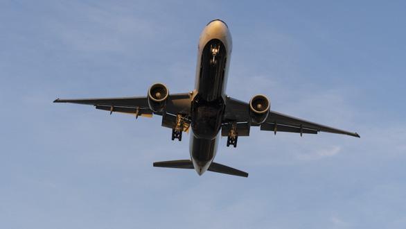 Đến lượt Boeing 777 của Nga phải hạ cánh khẩn cấp vì trục trặc động cơ - Ảnh 1.