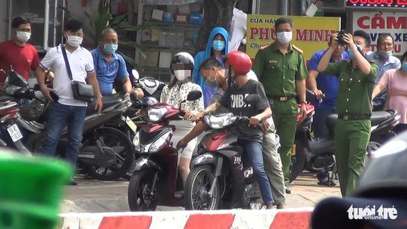 Dựng hiện trường vụ giật túi xách rồi tông xe khiến 2 người tử vong - Ảnh 1.