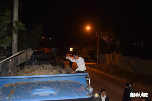 Đà Nẵng: Không hợp đồng, cả đoàn xe ben chở rác vẫn đòi vào bãi rác Khánh Sơn - Ảnh 1.