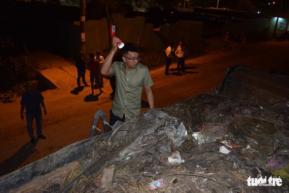 Đà Nẵng: Không hợp đồng, cả đoàn xe ben chở rác vẫn đòi vào bãi rác Khánh Sơn - Ảnh 2.