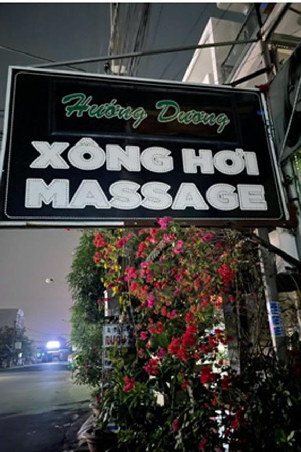 COVID-19 cấm thì cấm, nhân viên massage vẫn cứ khỏa thân kích dục - Ảnh 1.