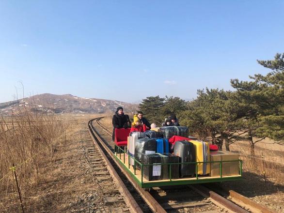 Các nhà ngoại giao Nga rời Triều Tiên bằng xe đẩy đường sắt - Ảnh 1.