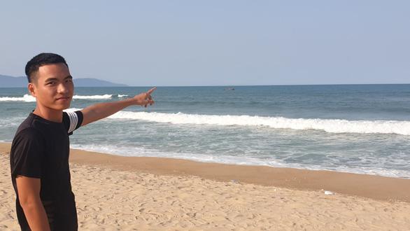 Trao giấy khen cho 'anh hùng' dũng cảm bơi ra biển cứu người - Ảnh 2.