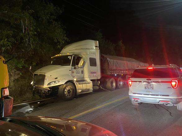 Xe chở bôxit mất lái gây tai nạn liên hoàn trên đèo Bảo Lộc - Ảnh 1.