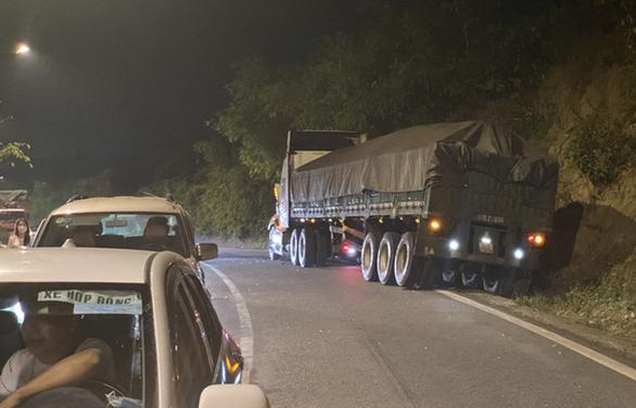 Xe chở bôxit mất lái gây tai nạn liên hoàn trên đèo Bảo Lộc - Ảnh 3.