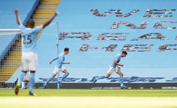 Thắng trận thứ 20 liên tiếp, Man City bỏ xa Man Utd 13 điểm - Ảnh 1.