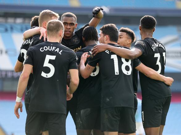 Thắng trận thứ 20 liên tiếp, Man City bỏ xa Man Utd 13 điểm - Ảnh 2.