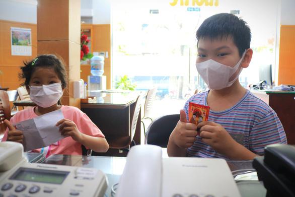 Cuối tuần trẻ em 8 tuổi và cụ già 92 tuổi đi đóng góp mua vắc xin COVID-19 - Ảnh 2.
