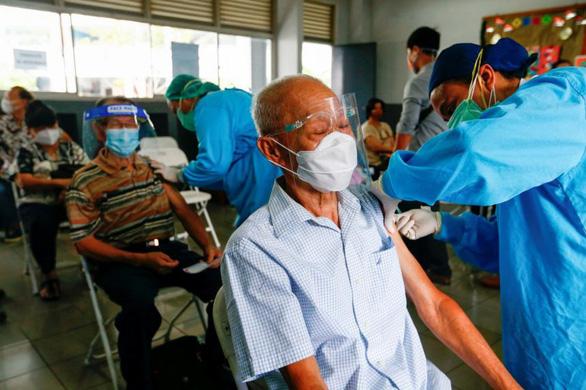 Dân Indonesia phẫn nộ vì người có đặc quyền xen ngang tiêm chủng - Ảnh 1.