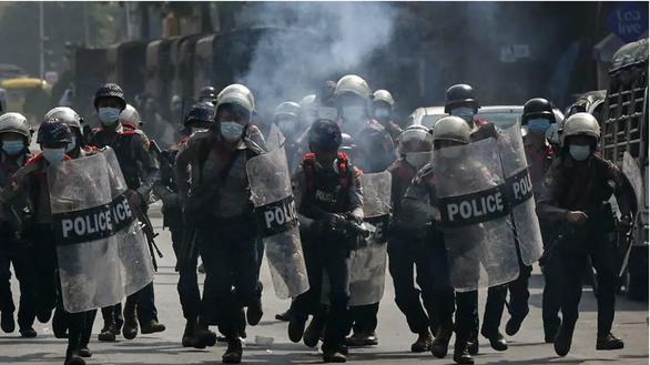 Cảnh sát Myanmar bắn đạn cao su giải tán cuộc biểu tình ở Yangon - Ảnh 1.