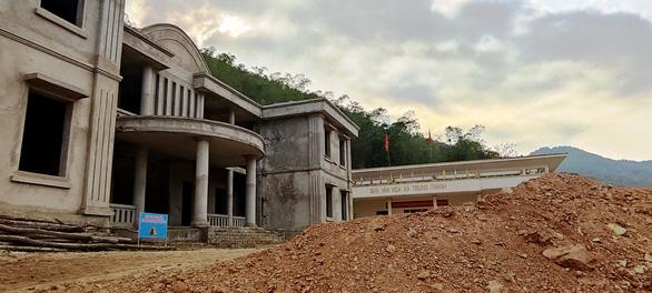 Thanh Hóa chỉ đạo khắc phục vụ cả quả đồi sạt xuống trường học và trụ sở xã - Ảnh 2.