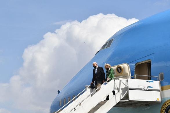 Vợ chồng Tổng thống Biden động viên Texas hồi phục sau bão - Ảnh 2.
