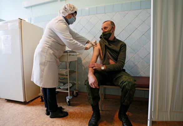 Vắc xin Nga cũng trị tốt biến thể virus ở Anh và Nam Phi - Ảnh 2.