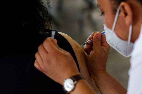 Vắc xin Nga cũng trị tốt biến thể virus ở Anh và Nam Phi - Ảnh 1.