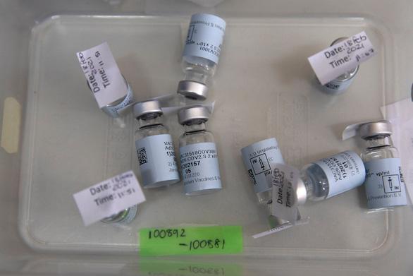 Vắc xin COVID-19 một liều của Johnson & Johnson được 'bật đèn xanh' phê duyệt - Ảnh 1.