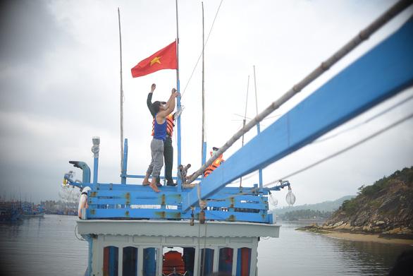 Phát thuốc, trao cờ Tổ quốc cho ngư dân Bình Định - Ảnh 2.