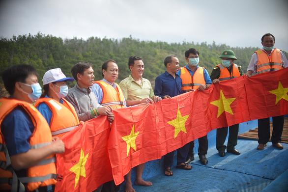 Phát thuốc, trao cờ Tổ quốc cho ngư dân Bình Định - Ảnh 1.