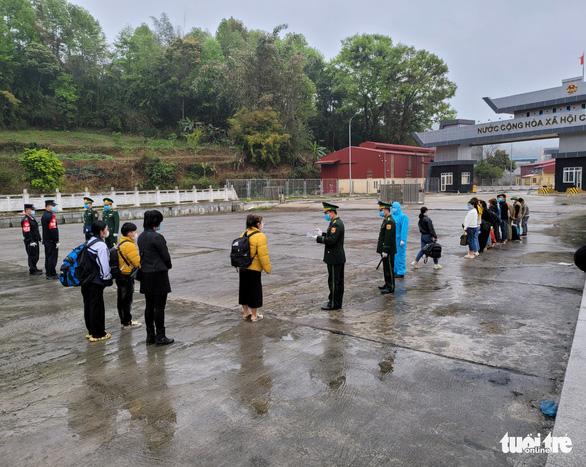 Tiếp nhận 34 công dân Việt Nam vượt biên trái phép do Trung Quốc trao trả - Ảnh 1.