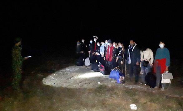 13 người quê Bạc Liêu, Sóc Trăng, Thái Nguyên... từ Trung Quốc nhập cảnh trái phép lúc rạng sáng - Ảnh 1.