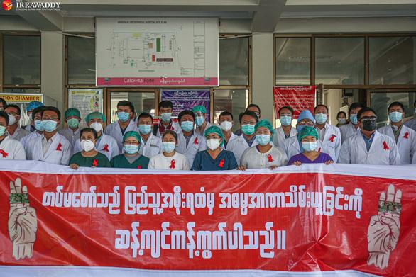 Nhân viên y tế khắp nước Myanmar đình công phản đối quân đội đảo chính - Ảnh 1.