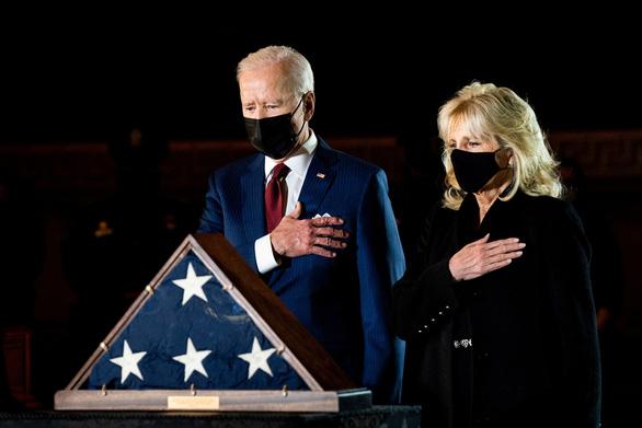Tổng thống Biden tưởng niệm viên cảnh sát hi sinh trong vụ bạo loạn 6-1 - Ảnh 1.