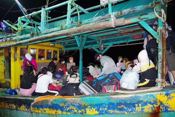 Cà Mau phát hiện tàu cá chở 34 người nhập cảnh trái phép từ Malaysia - Ảnh 1.