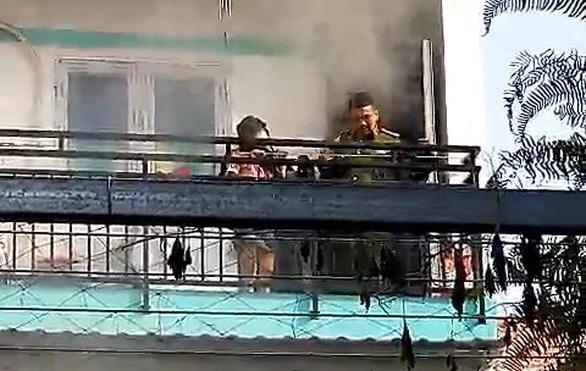 Chiến sĩ cởi đồ bảo hộ, mặt nạ chống độc cứu cháu bé kẹt ở ban công ngôi nhà cháy - Ảnh 2.