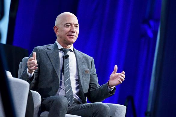 Tỉ phú Bezos sắp rời chức CEO Amazon - Ảnh 1.