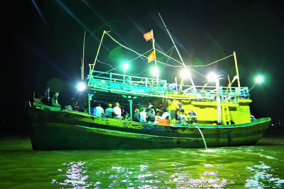 Cà Mau phát hiện tàu cá chở 34 người nhập cảnh trái phép từ Malaysia - Ảnh 2.