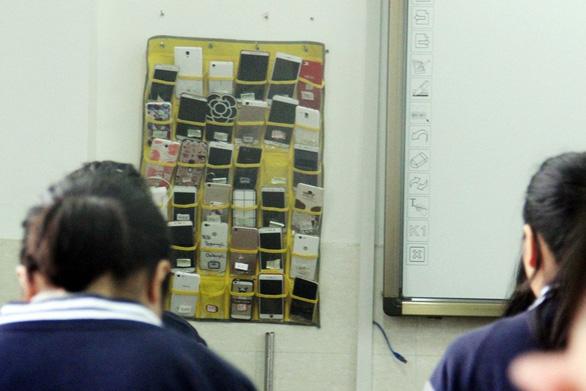 Trung Quốc cấm học sinh đem điện thoại vào lớp - Ảnh 1.