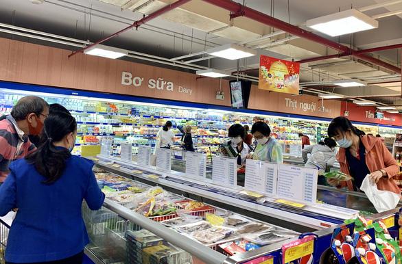 đông đúc khách mua há cảo chà giò hoành thánh   được làm sẵn đang bán tại siêu thị co opmart - ảnh linh lan