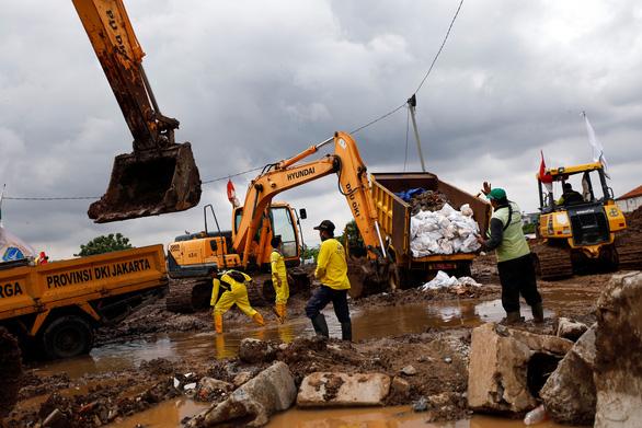اندونزی 6 قبرستان دیگر به دلیل کمبود زمین برای دفن بیماران COVID-19 افتتاح کرده است - عکس 1.
