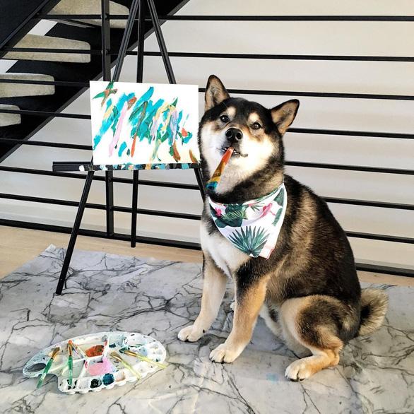 Chó Shiba bán 288 bức tranh tự vẽ, thu gần 18.000 USD - Ảnh 1.