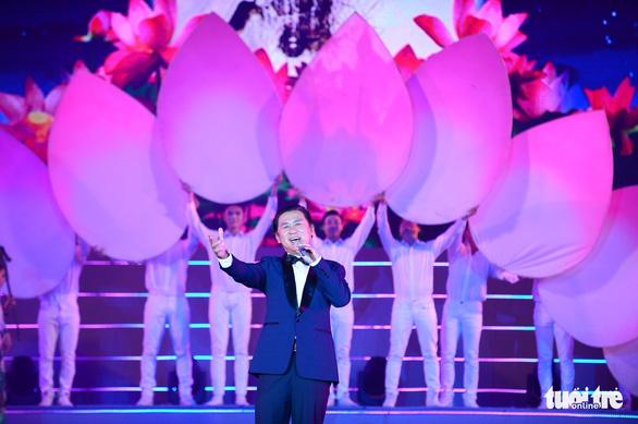 Tạ Minh Tâm, Noo Phước Thịnh, Cẩm Ly hát 'Mãi mãi mùa xuân có Đảng' - Ảnh 7.
