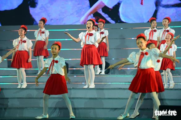 Tạ Minh Tâm, Noo Phước Thịnh, Cẩm Ly hát 'Mãi mãi mùa xuân có Đảng' - Ảnh 3.