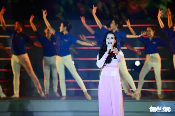 Tạ Minh Tâm, Noo Phước Thịnh, Cẩm Ly hát 'Mãi mãi mùa xuân có Đảng' - Ảnh 8.