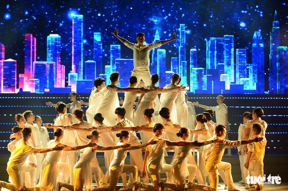 Tạ Minh Tâm, Noo Phước Thịnh, Cẩm Ly hát 'Mãi mãi mùa xuân có Đảng' - Ảnh 9.